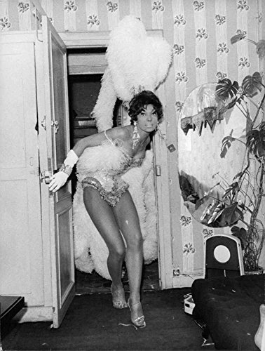 vintage-foto-di-yvonne-menard-in-un-costume-una-posa-a-la-porta-aperta-in-folies-bergere-1960