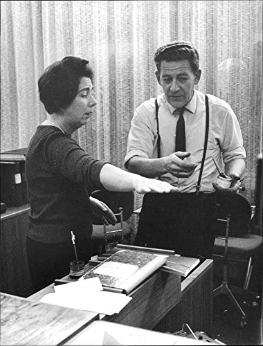 vintage-photo-of-the-cashier-martha-samuelsson-tells-forensic-technician-vincent-lange-about-the-rob