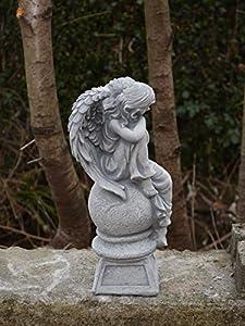 Wunderschöne Engel Figur auf Podest aus Steinguss, frostfest Grabdeko von gartendekoparadies.de auf Du und dein Garten