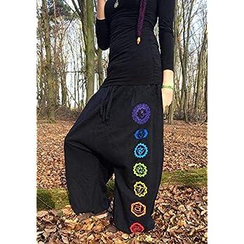 Schwarzer Hoodie mit Mandala und Chakren in Regenbogen Farben