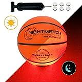 NIGHTMATCH LEUCHT-Basketball MIT BALLPUMPE UND ERSATZBATTERIEN - Junior Edition - Größe 5 - toller Kinder-Basketball Ball - helle, Sensor-aktivierte LED-Beleuchtung - Offizielle Größe & Gewicht