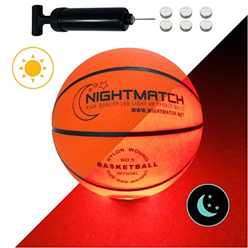NIGHTMATCH LEUCHT-Basketball MIT BALLPUMPE UND ERSATZBATTERIEN - Junior Edition - Größe 5 - toller Kinder-Basketball Ball - helle, Sensor-aktivierte LED-Beleuchtung - Offizielle Größe & Gewicht - Basketball-spiel Ball
