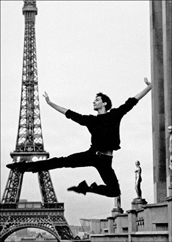 Fotokunst Klappkarte in schwarz weiß: Klassisches Ballett vor dem Eifelturm, Paris • auch zum direkt Versenden mit ihrem persönlichen Text als Einleger.