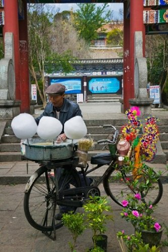 The Poster Corp Panoramic Images - Candy floss vendor selling cotton candies in a street Old Town Dali Yunnan Province China Photo Print (60,96 x 91,44 cm)