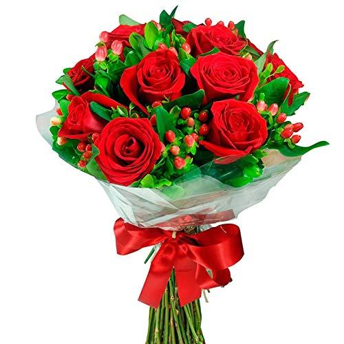 Fiori freschi a domicilio - festoso bouquet rotondo con 12 rose rosse fresche abbellite da gipsoghila e verde, consegnato a domicilio