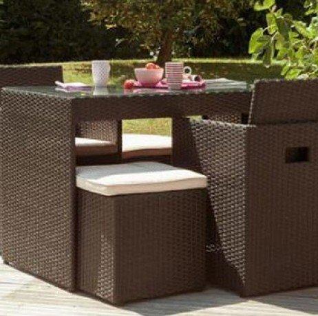 DCB GARDEN PVC-2-CH+ Encastrable 2p en résine tressée Plateau Verre – 1 Table + 2 fauteuils + 2 poufs Chocolat 105x60x75 cm