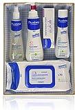 Mustela Bébé–1 Set di prodotti su cesto blu, composto da:Acqua di Colonia + idratante per Bébé + Crema con vitamine + Dermo detergente + Salviette