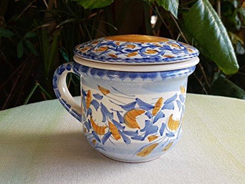 Tazza tisaniera in ceramica siciliana. tazza con infusore e coperchio in ceramica fatta a mano. le ceramiche di ketty messina.