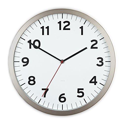 UMBRA Anytime clock white. Horloge murale silencieuse Anytime en métal, dimension 31.8 de diamètre par 3.9cm. Coloris blanc.