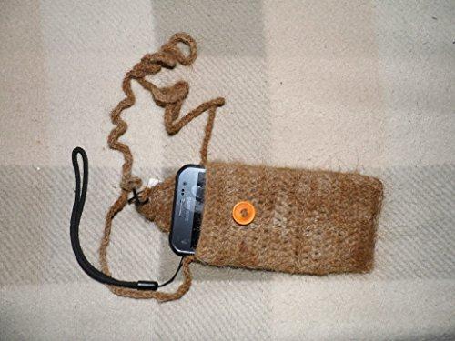 handyhulle-mit-gehackelter-schnur-zum-um-den-hals-hangen-aus-100-lamawolle-ein-wunderschones-unikat