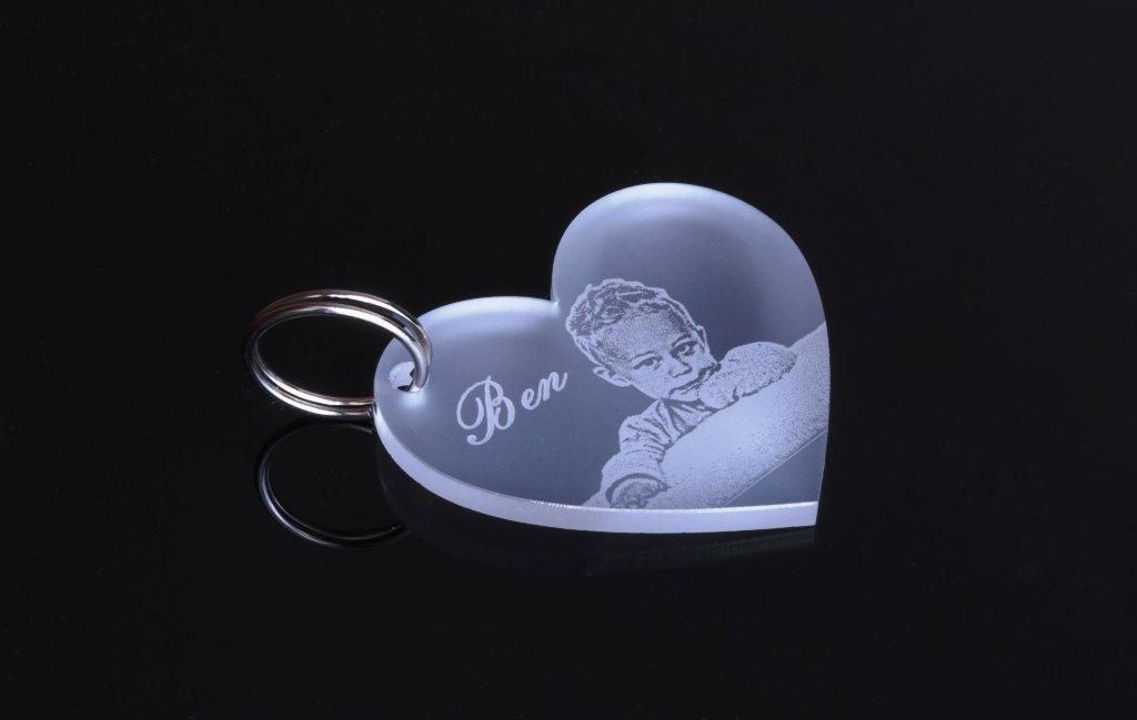"""Schlüsselanhänger mit Gravur / Fotogravur Liebe """" Herz """" Partner-Liebes-Geschenk aus hochwertigem Acrylglas mit Text-Namens-Gravur eine schöne Geschenkidee zur Hochzeit / zu Weihnachten"""