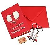 Biglietto regalo per fidanzamento o matrimonio con riproduzione 3D, che si schiude all'apertura, e 2 portachiavi con coppia di sposi. Busta rosso scarlatto e adesivo in carta kraft.