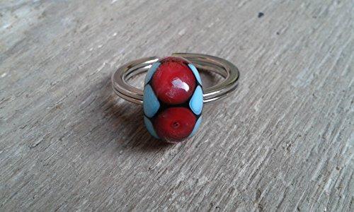 Portachiavi anello con perla di vetro a lume lampwork rossa e celeste