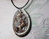 Pendentif, petite licorne mythique en bronze faite main, cabochon de perle d'eau douce, petites perles et résine sur coquille d'ormeau/haliotis/Abalone nacrée, lacet de cuir noir