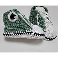 Zapatillas de crochet de bebé tipo All Star. Disponible en varias tallas y colores.