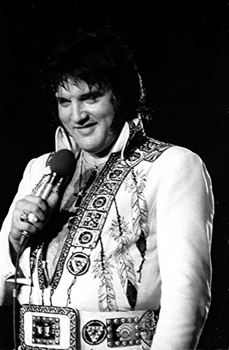 The Poster Corp Elvis Presley Performing in a Beaded Jumpsuit Photo Print (60,96 x 76,20 ()