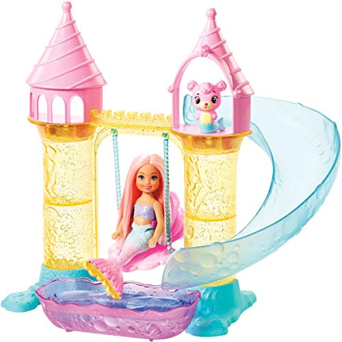 Barbie dreamtopia bambola chelsea sirena, orsachiotto merbear e castello di sabbia con altalena, scivolo, piscina, accessori e tea party playset, giocattolo per bambini 3 + anni, fxt20