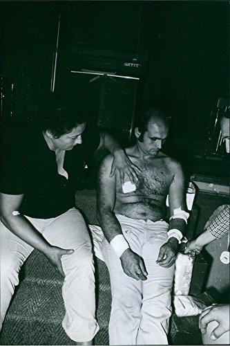 vintage-foto-di-un-uomo-ferito-trattamento-di-un-uomo