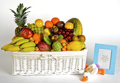 La cesta de frutas Bambino es un regalo muy típico en nacimientos u adopciones. Está compuesta por la siguiente variedad de fruta: piña, mango, papaya, chirimoya, melón, naranja, manzana, pera, ciruela, mandarina, carambola, mangostán, fruta de la pa...