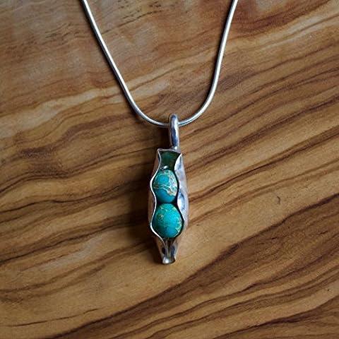 Deux pois dans un collier de mollet fabriqué à partir d'une cuillère en argent massif et de pois Turquoise Jasper avec une chaîne de serpent en argent sterling