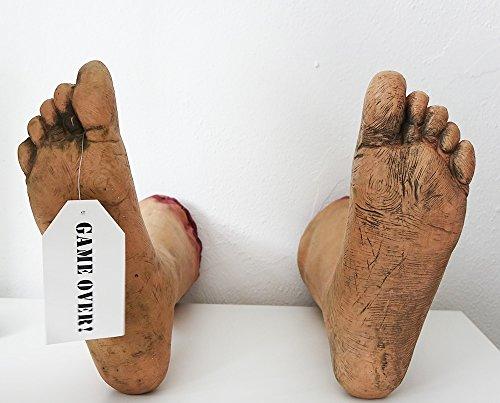 een lebensechte Horror Deko abgetrennte Füße Game Over Tag am rechten Zeh ()