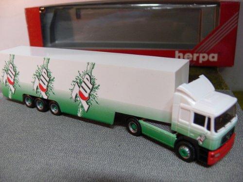 man-f2000-kofferzug-7up-187-herpa-185011
