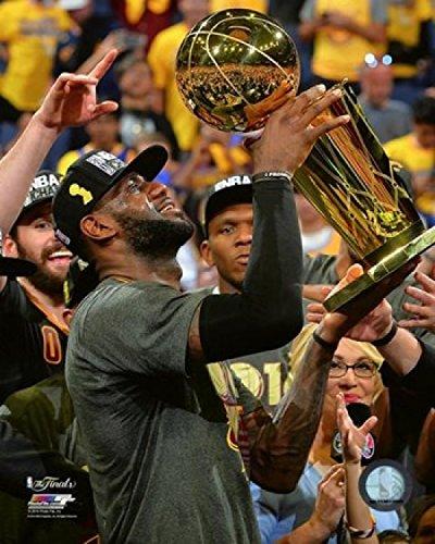 Lebron James with the NBA Championship Trophy Game 7 of the 2016 NBA Finals Photo Print (20,32 x 25,40 cm) - Lebron James Nba