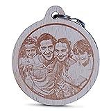 Wogenfels - Holz Schlüsselanhänger rund mit Fotogravur | Das Geburtstags-Geschenk mit individueller Gravur für Frauen und Männer | Personalisierter Schmuck | QUALITÄT und Support aus Österreich