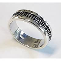 Anillo de compromiso o aniversario. Anillo de plata con el centro de plata ennegrecida,