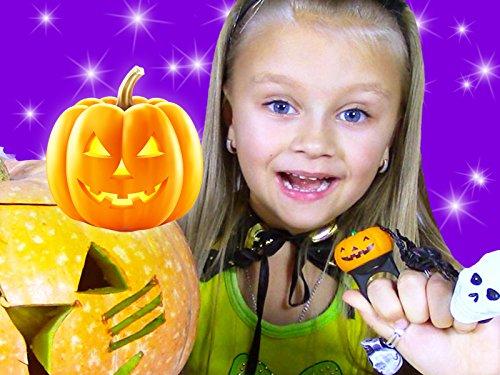 Yasya und Halloween Kürbis