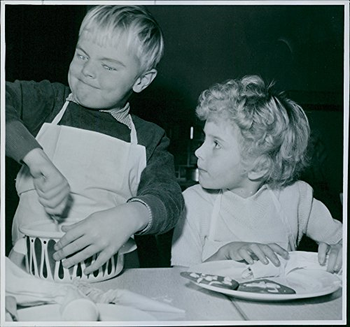 vintage-photo-of-children-squirts-glaze-paper-cakes-during-the-exhibition-mom-the-bell-and-i