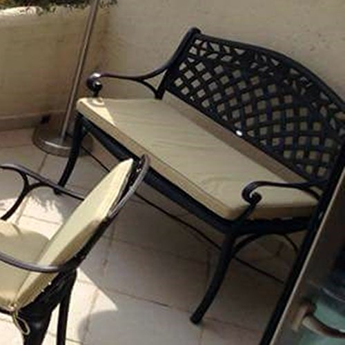 Lazy Susan – SANDRA Quadratischer Kaffeetisch mit 1 ROSE Gartenbank – Gartenmöbel Set aus Metall, Antik Bronze (Beiges Kissen) - 5