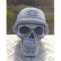 Totenkopf mit Stahlhelm aus massivem Steinguss frostfest