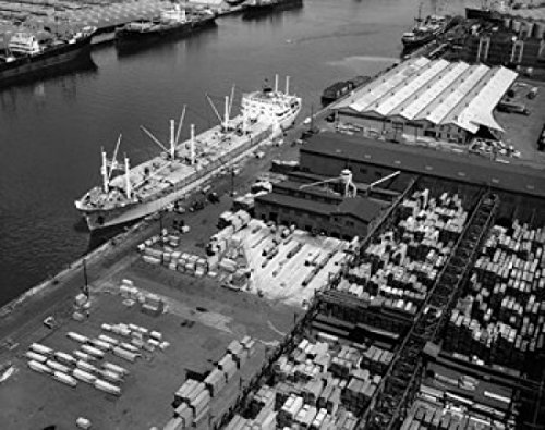 High angle view of a cargo ship at a harbor Port Newark-Elizabeth Marine Terminal New Jersey USA Poster Drucken (45,72 x 60,96 cm) (Marine Corp Jersey)