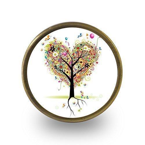 Pushka Home Love corazón árbol romántico armario puerta pomo con base de latón envejecido. Se vende por unidad. Mango de estilo vintage con un árbol de corazón. Pomo de armario de 40 mm viene con un tornillo estándar que se adapta a puertas de hasta 21 mm de grosor.