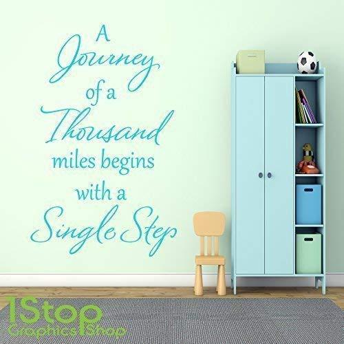 1Stop Graphics Shop - A Journey von einem Tausend Meilen Wandaufkleber Zitat - Wandkunst Aufkleber X123 - Braun, Small