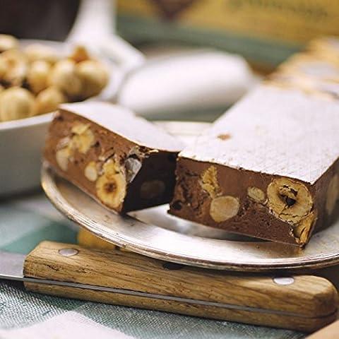Nougat moelleux au miel, chocolat et noisettes entières, typique des Abruzzes - Italie