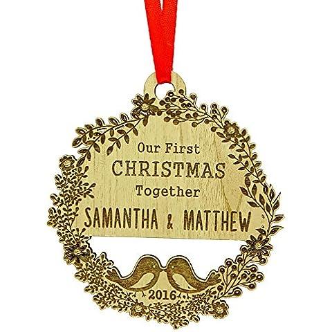 Nuestra primera navidad junta, envolvió el ornamento personalizado del árbol de navidad ornamento de encargo que cuelga la madera grabada que cuelga + la caja de