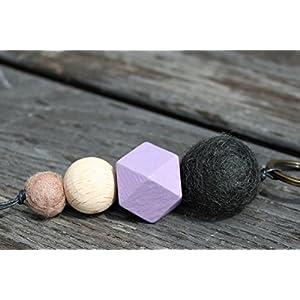Schlüsselanhänger mit Filzperlen und Holzperlen in verschiedenen Farben, Länge ca. 11 cm, Filzperlen in schwarz und beige, Holzperlen in fliederfarben und naturfarben