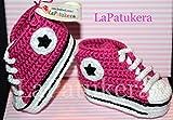 Babyschuhe häkeln, Unisex. Stil, Converse All Star. Farbe Rosa Himbeere, aus 100% Baumwolle, 4 Größen 0-12 Monate. handgefertigt in Spanien. Turnschuh gehäkelt gestrickt. Geschenk fürs Baby