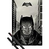 Póster + Soporte: Batman Vs Superman Póster (91x61 cm) Traje De Batalla Y 1 Lote De 2 Varillas Negras 1art1®