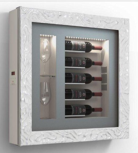 Dafnedesign.com - Quadro vino - Espositore refrigerato per cinque bottiglie in orizzontale e due bicchieri orizzontali laterali. Struttura in metallo. Struttura porta in alluminio. Cornice in legno / hpl Vetrocamera 20 mm. Guarnizione magnetica. Pannello interno in laminato Illuminazione a LED. Impianto termoelettrico. Sbrinamento automatico. Refrigerazione ventilata. Sistema di antivibrazione. per bottiglie H.328 D.90 mm - kwh/annum 60 peso 30 kg. (SF00)