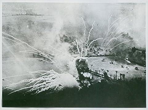 Vintage Photo de Explosion coquillages Laisse Trails de fumée et flamme comme un allemand munitions Dump du Nord de Falaise, France, explose après une très British lumière du jour Bomber RAID.