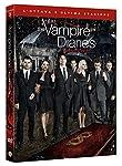 La protagonista è Elena Gilbert, una normale ragazza adolescente che vive a Mystic Falls, in Virginia. La sua vita viene sconvolta quando scopre che il suo ragazzo, Stefan Salvatore, è un vampiro, e che è stata adottata. Stefan si accorge che Elena è...