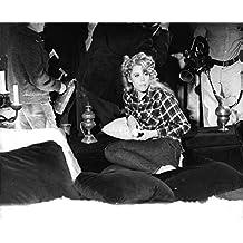 Vintage Foto de Roger Vadim esposa de Jane Fonda sentado en un sofá.