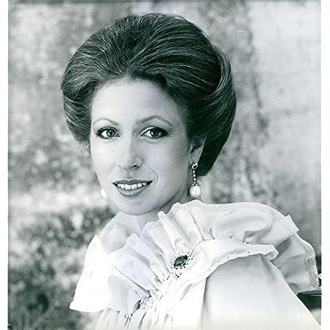 Vintage foto de la princesa Anne Turning 28, lleva un vestido de noche de encaje color crema, con un zafiro y diamante Broche.
