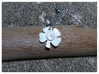 Oeil de sainte Lucie et trèfle à 4 feuilles en nacre naturelle sur une chaine acier inoxydable argentée