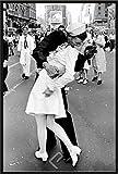 Eisenstaedt, Alfred Kissing on VJ Day Poster schwarz-Weiss Foto Liebe Küssendes Paar Paare Matrose 61x91,5 cm + Wechselrahmen, Shinsuke® Maxi Kunststoff schwarz, Acryl-Scheibe
