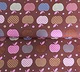 Qualitativ hochwertiger Baumwoll Stoff mit brauen und rosafarbenen Äpfeln auf Braun als Meterware zum Nähen von Baby, Kinder- und Damenkleidung, 50 cm
