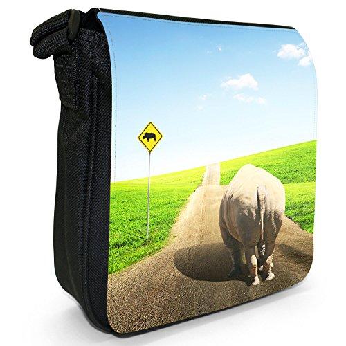 Afrikanisches Nashorn Kleine Schultertasche aus schwarzem Canvas Nashorn gehend auf Straße